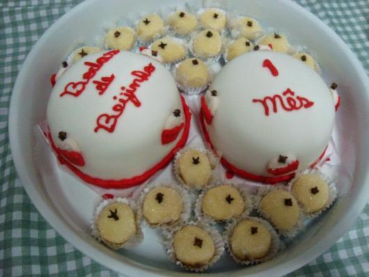 dois mini bolos com beijinhos ao redor