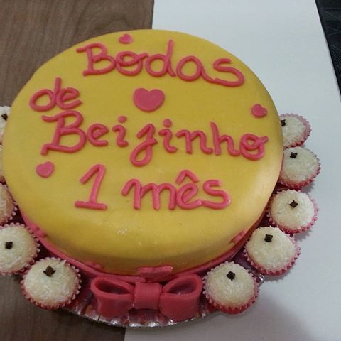 bolo de bodas de beijinho com beijinhos ao redor