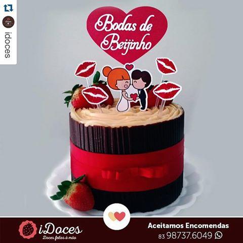 bolo com palitinhos de beijos e miniatura do casal no topo