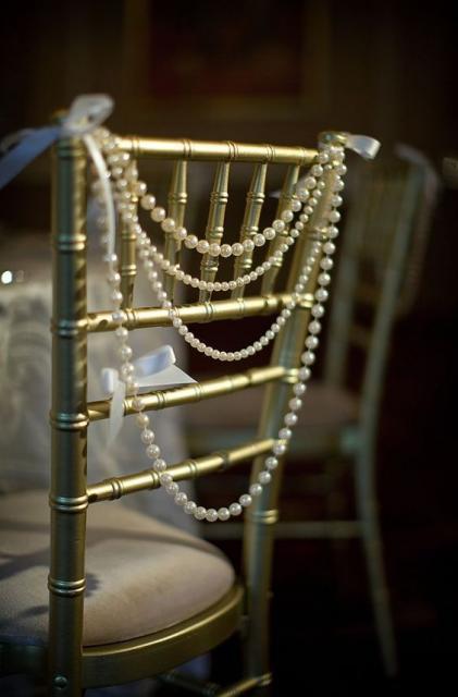 Cadeira decorada com pérolas.