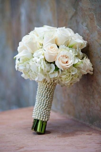 Buquê com pérolas cobrindo ou caule das flores.