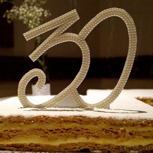Enfeite para bolo com o numero 30 feito em pérolas.