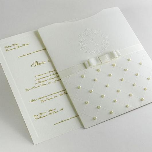 Convite com envelope decorado com pérolas e laço.