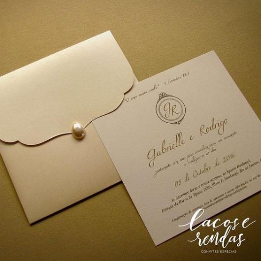 Convite com envelope com uma pérola no fecho.
