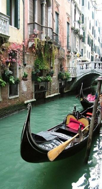 Foto de um barquinho em Veneza.
