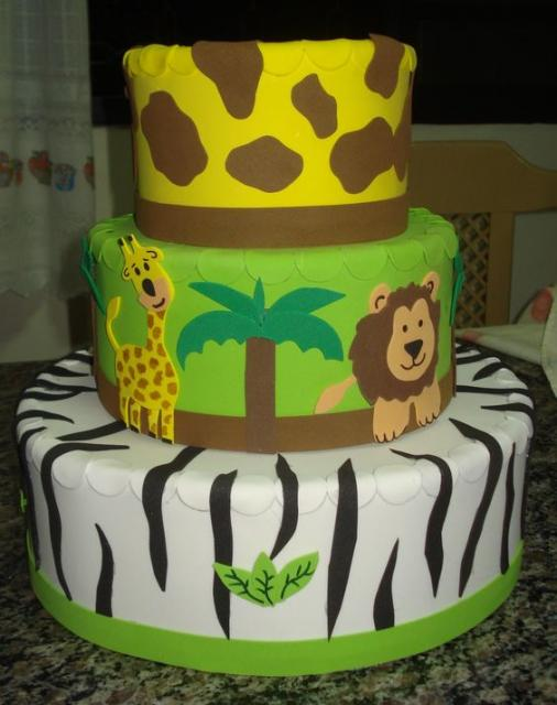 bolo fake safari com girafa e tigre na segunda camada
