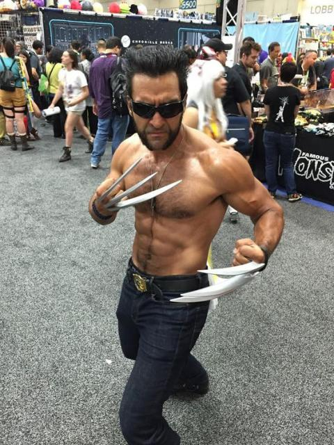 Homem fantasiado de Wolverine, com garras de metal.