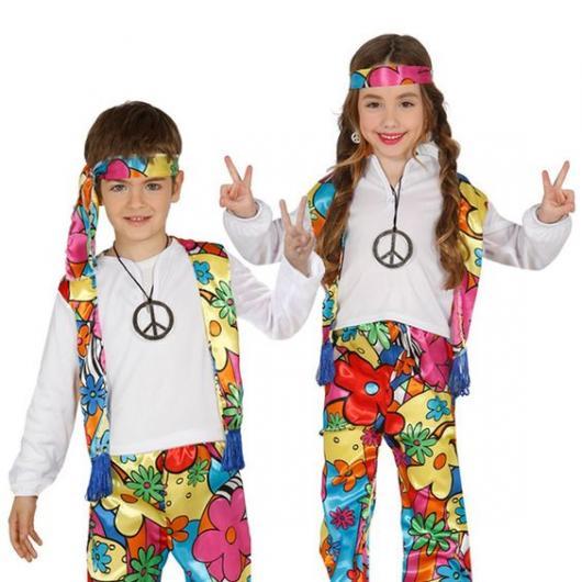 Menino e menina vestidos de hippies, com calça e colete coloridos.