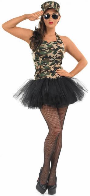 Fantasia feminina de militar com saia preta e regata camuflada.