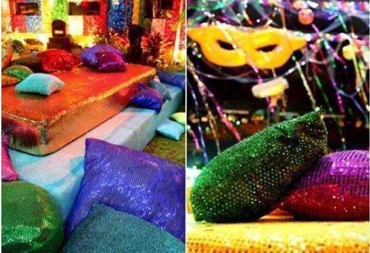 Decoração com almofadas e máscaras coloridas.