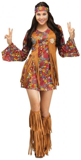 Fantasia de hippie com vestido colorido e colete camurça.