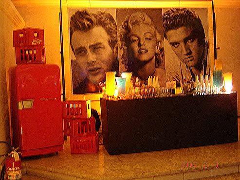 Decoração de festa com painel de famosos.