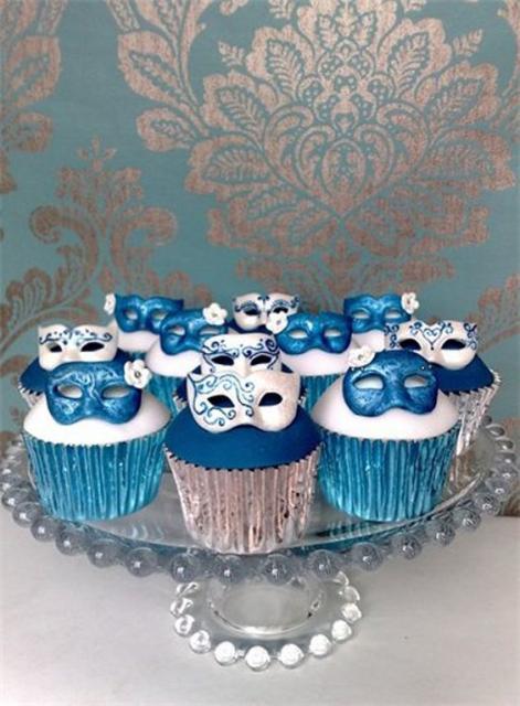 Cupcakes com mini máscaras em cima.