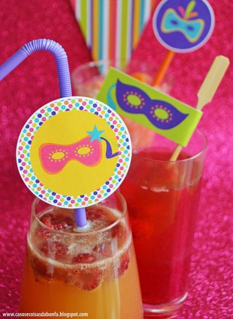Copos com bebidas e canudos decorados.