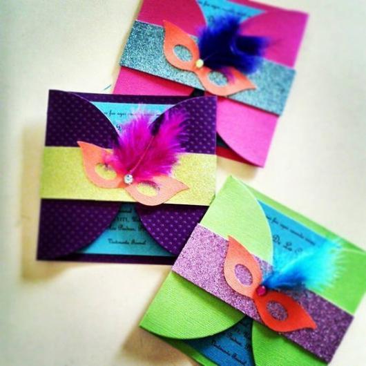 Convites coloridos com máscara na parte de cima.