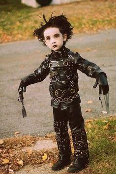 Menino vestido de Edward Mãos de Tesoura.