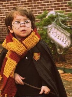 Menino vestido de Harry Potter.