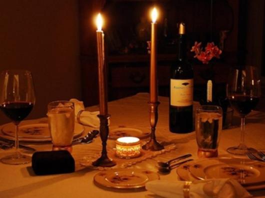 mesa à luz de velas com vinho