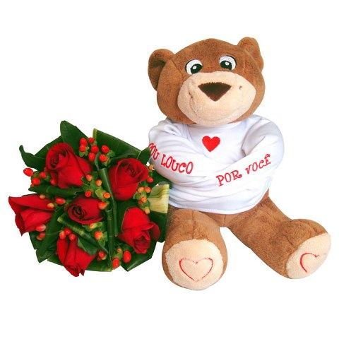 buquê de flores e um ursinho com camisa de força escrito: sou louco por você