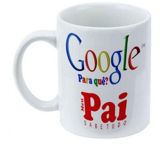 Caneca com a logo do Google dizendo: Google para que? Meu pai sabe tudo.
