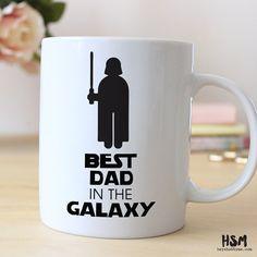 """Caneca com desenho do Darth Vader, com frase em inglês dizendo """"Melhor pai da galáxia""""."""