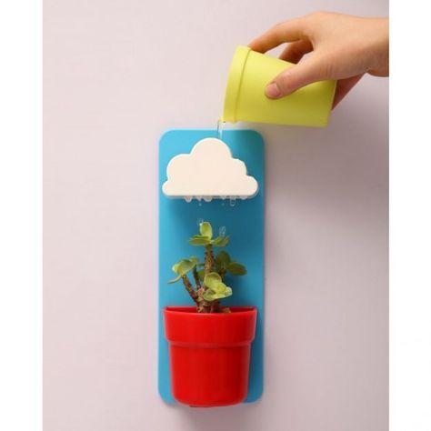 Vasinho com nuvem em cima que recebe água e rega a planta.
