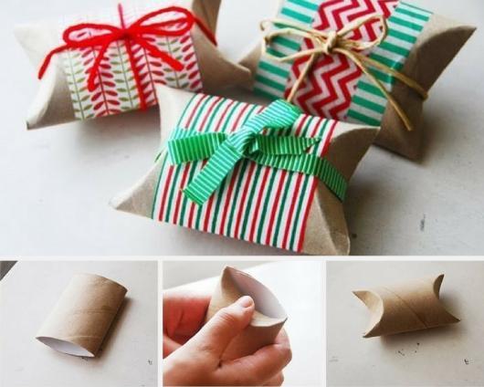 Montagem ensinando a fazer uma embalagem natalina com rolo de papel higiênico para presentes de Natal criativos.