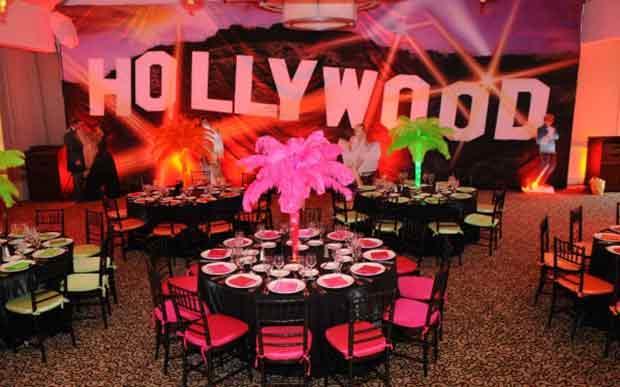 local de festas com a escrita Hollywood ao fundo