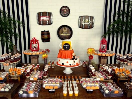 mesa de doces de aniversário boteco com doces imitando cerveja