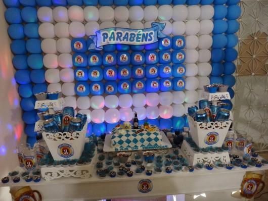 mesa de doces de aniversário com cervejas na mesa e toda representada com logos da mesma
