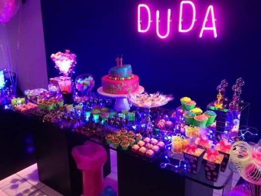 mesa de doces de aniversário neon