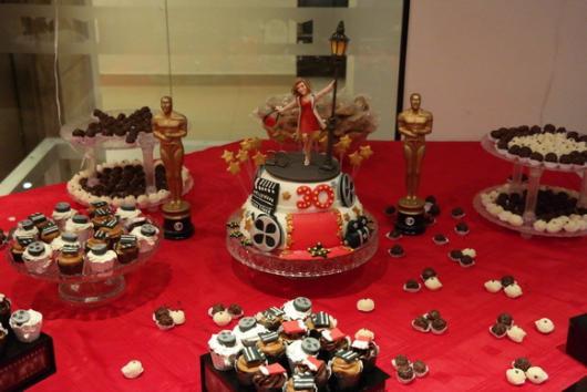 mesa de doces de aniversário com a personagem do filme De Repente 30