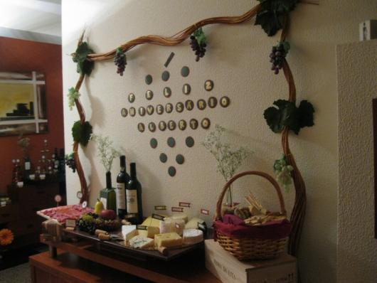 mesa com queijos e vinhos