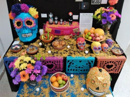 mesa do bolo com diversas caveiras mexicanas
