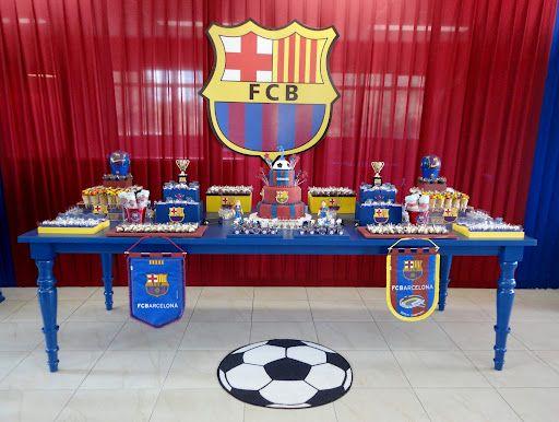 mesa de doces com desenhos do Barcelona