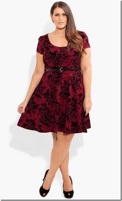 c43ccaafc7be Modelo veste vestido vermelho vinho estampado combinado com sapato preto  fechado.
