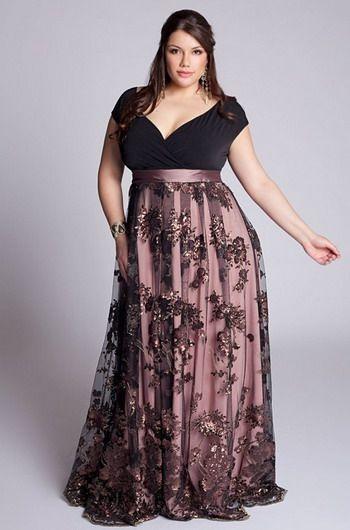 """Modelo veste vestido longo plus size em tons de preto e rosê com decote """"V""""."""