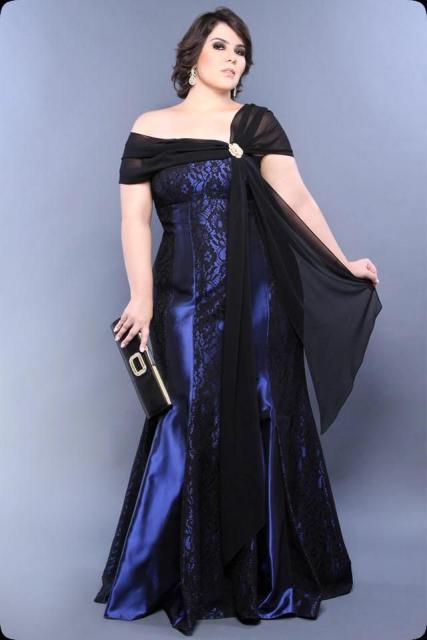 Modelo usa vestido azul justo ombro a ombro, longo, cauda sereia.