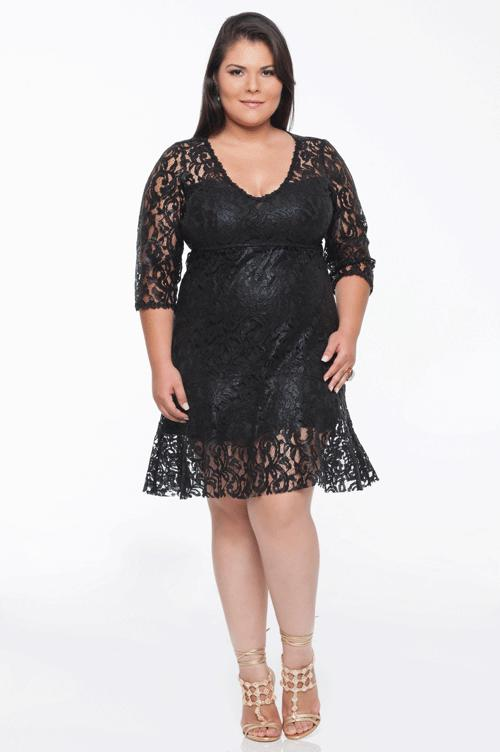 Modelo veste vestido preto todo de renda combinado com sandalia de amarrações na cor caramelo.