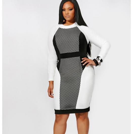 Modelo usa vestido branco, cinza e preto manga longa.