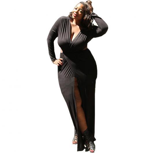 Modelo veste vestido preto com fenda e decote em V.