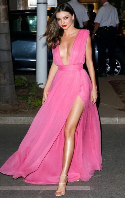 vestido de formatura rosa pink com decote e fenda