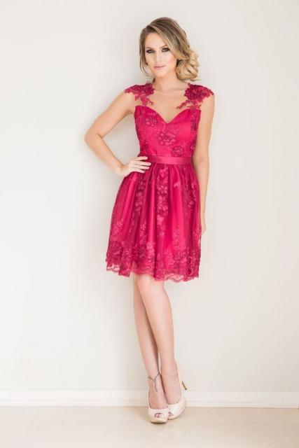 Vestido de festa modelo é clássico, atemporal e sempre glamouroso, do tipo que não depende de bordado para brilhar. É o caso deste vestido rosa da marca Jorgeane Moreira, perfeito para madrinhas.