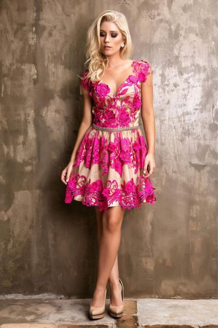 vestido de formatura rosa pink com fundo bege e flores rosas