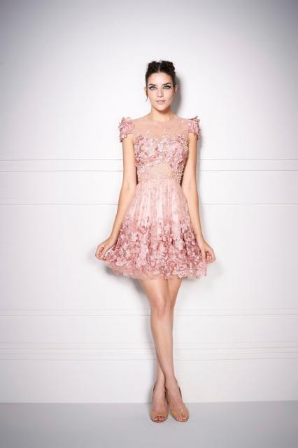 vestido de formatura rosa claro curto com renda e flores