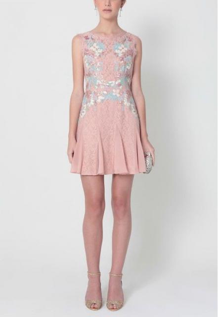 vestido de formatura rosa claro curto com renda e detalhes em azul