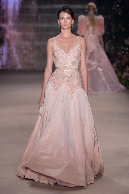 vestido de formatura rosa claro com pedrarias