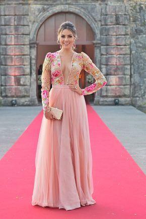 vestido de formatura rosa com decote e flores na parte de cima