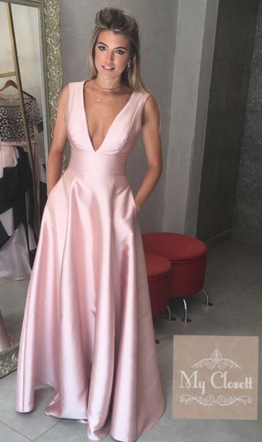 vestido de formatura rosa claro de cetim com decote