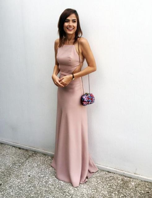 vestido de formatura rosa claro com recorte nas costas